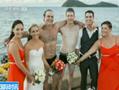 实拍两伴郎婚礼现场跳海救人抢风头