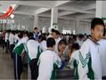 学校食堂没椅子 数千学生站着吃饭