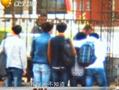 学校为驱赶送餐商贩沿围墙百米泼粪水