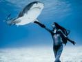 女模特与虎鲨共舞