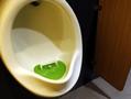 商场男厕小便池里装球门 呼吁顾客要瞄准