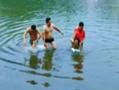 两男下河救人衣服被盗仅剩内裤无奈报警