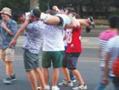 北京6名外籍男子当街脚踏肩扛醉汉拍照