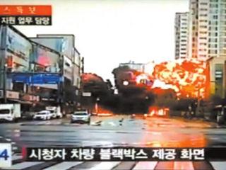监控实拍韩国直升机闹市坠落爆炸瞬间