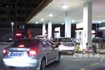 油价上涨重回8时代 私家车大排长龙加油