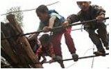 实拍凉山山区小学生急流攀爬钢索上学