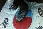 实拍日本右翼侮辱韩国国旗 画蟑螂脚踩踏