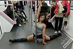 地铁辣妹跳钢管舞