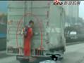实拍贵阳最牛小学生爬货车上学吓坏路人